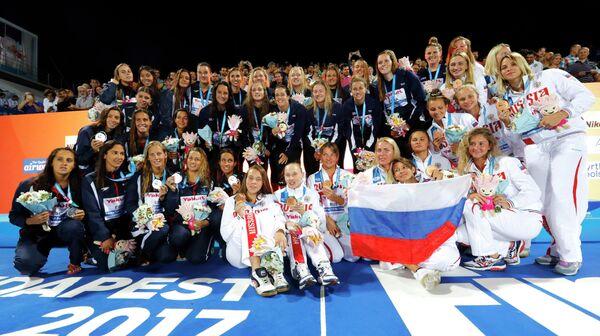 Призеры женского турнира по водному поло на чемпионате мира: сборные США, Испании и России (слева направо)