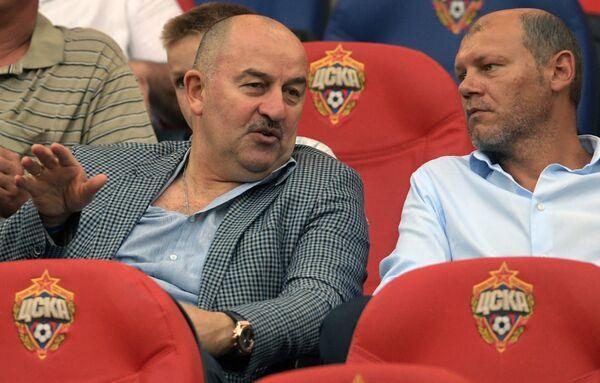Главный тренер сборной России по футболу Станислав Черчесов (слева) и тренер сборной России Мирослав Ромащенко