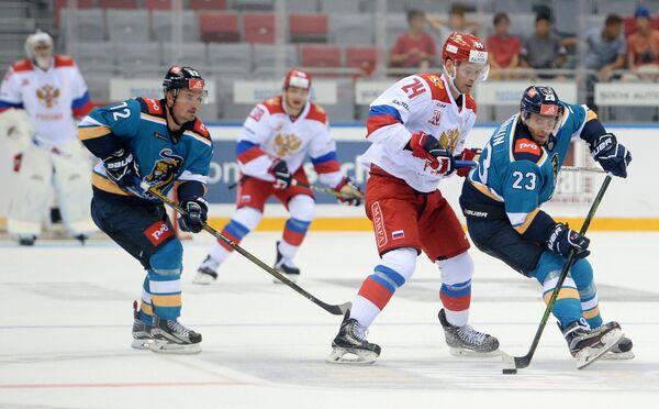 Игровой момент матча олимпийской сборной России с ХК Сочи