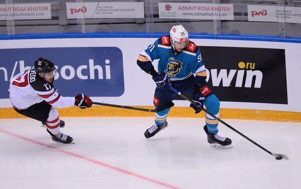 Нападающий сборной Канады Джастин Азеведу (слева) и защитник ХК Сочи Сергей Кузнецов