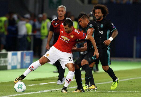 Полузащитник Манчестер Юнайтед Генрих Мхитарян (слева)