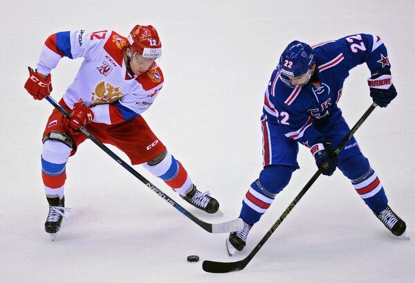 Форвард олимпийской сборной России Кирилл Капризов (слева) и нападающий ХК СКА Виктор Комаров