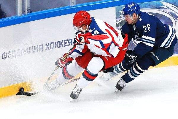 Защитник ЦСКА Алексей Марченко (слева) и форвард Динамо Дмитрий Марковин