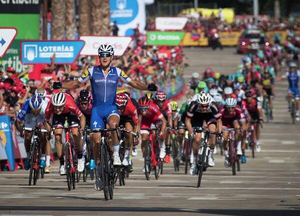 Итальянский велогонщик Маттео Трентин из команды Quick-Step Floors (на переднем плане)