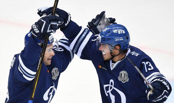 Хоккеисты Динамо Игорь Игнатушкин (слева) и Андрей Алексеев