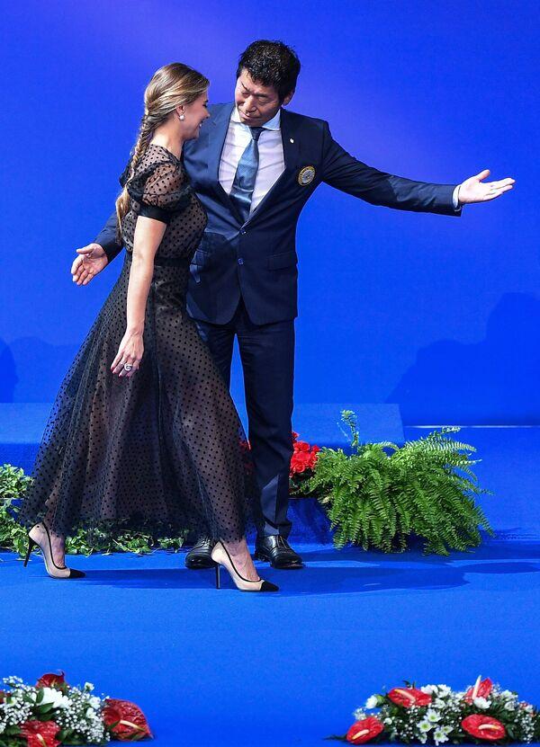 Президент Международной федерации гимнастики (FIG) Моринари Ватанабэ и олимпийская чемпионка по художественной гимнастике Алина Кабаева