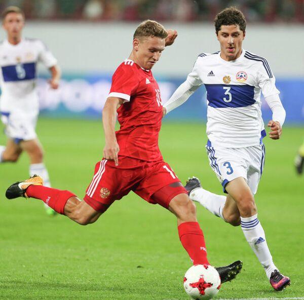 Нападающий молодежной сборной России (до 21 года) Федор Чалов (слева)