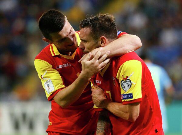Футболисты сборной Черногории Марко Вешович и Фатос Бечирай (слева направо)