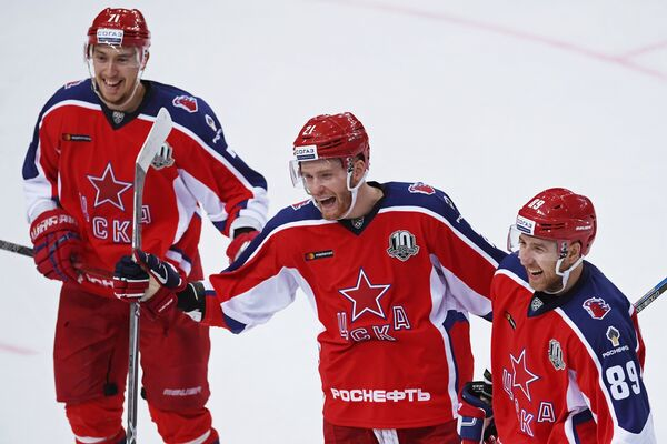 Хоккеисты ЦСКА Антон Бурдасов, Михаил Григоренко и Никита Нестеров (слева направо) радуются заброшенной шайбе