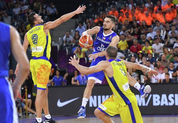 Защитник сборной Чехии по баскетболу Томаш Саторанский (в центре)