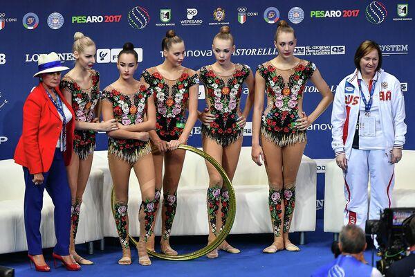 Спортсменки сборной России после выполнения упражнений с обручем