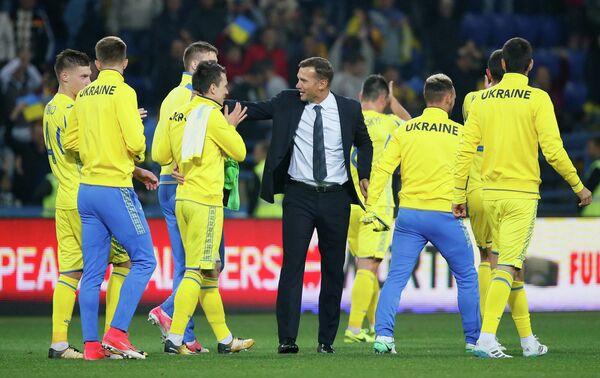 Футболисты сборной Украины и главный тренер команды Андрей Шевченко (в центре)