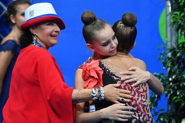 Ирина Винер-Усманова (слева) и гимнастки Арина и Дина Аверины