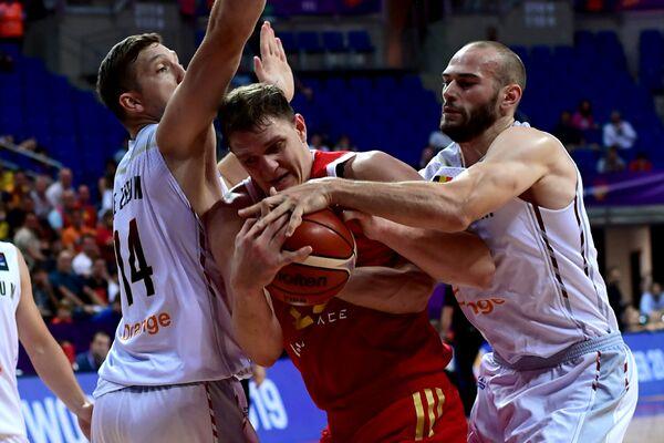 Центровой сборной России Тимофей Мозгов (в центре)