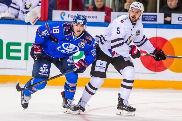 Нападающий тольяттинской Лады Георгий Белоусов (слева)