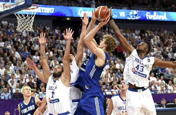 Игровой момент матча группового этапа Евробаскета-2017 между сборными Финляндии и Греции