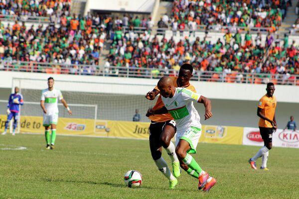 Игровой момент матча между футбольными сборными Алжира и Замбии