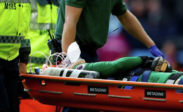 Вратарь Манчестер Сити Эдерсон покидает поле на носилках