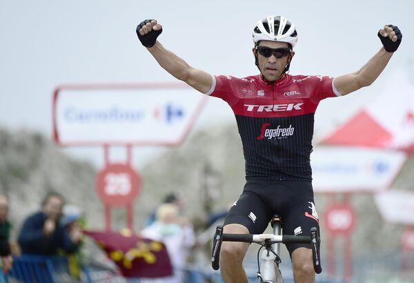 Испанский велогонщик Альберто Контадор из команды Trek - Segafredo