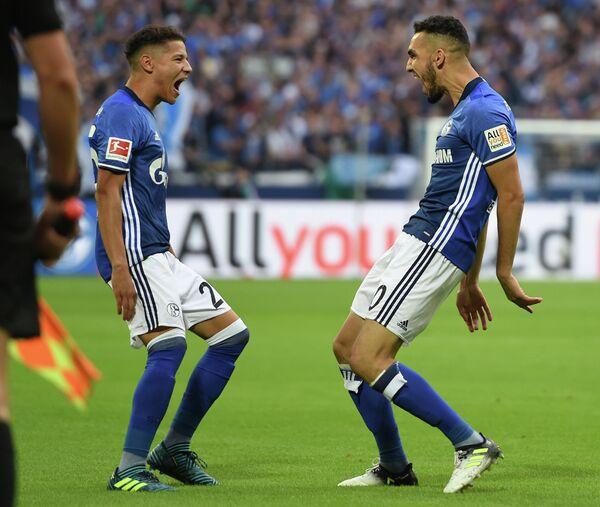 Футболисты Шальке Набиль Бенталеб (слева) и Амин Арит
