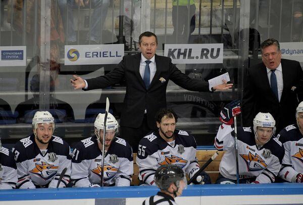 Главный тренер Металлурга Илья Воробьёв и старший тренер Металлурга Майкл Пелино (на втором плане слева направо) и хоккеисты клуба