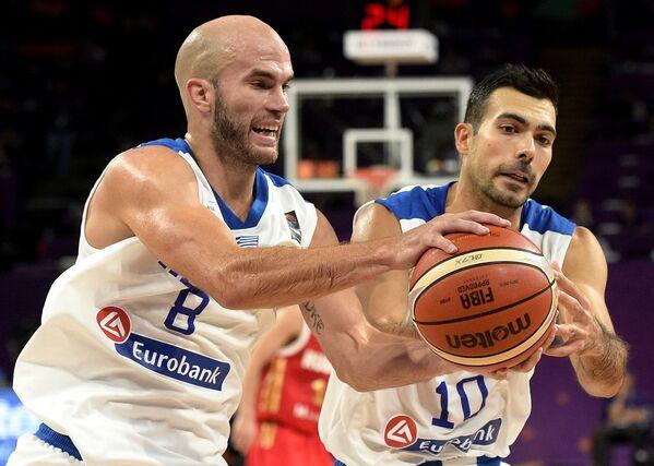 Баскетболисты сборной Греции Ник Калатес (слева) и Костас Слукас