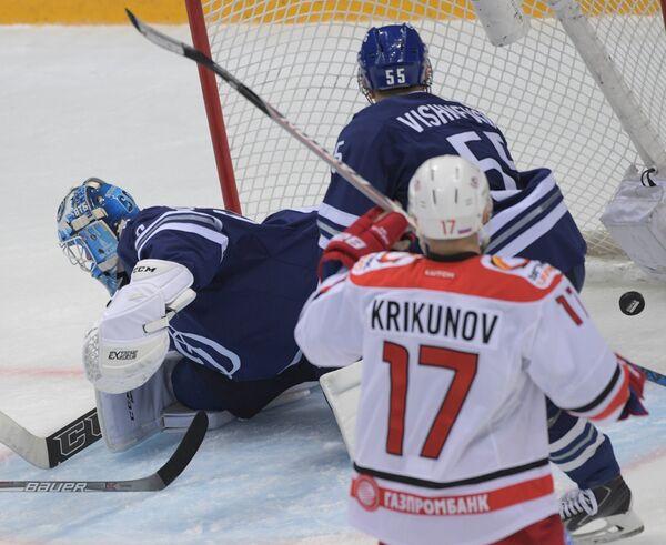 Голкипер Динамо Иван Бочаров (слева) пропускает шайбу в свои ворота