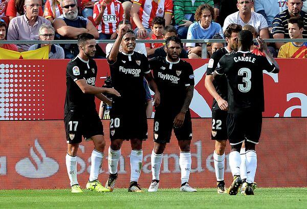 Футболисты Севильи. Второй слева - полузащитник Луис Муриэль