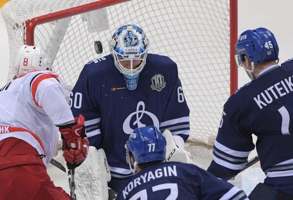 Вратарь Динамо Иван Бочаров (в центре)