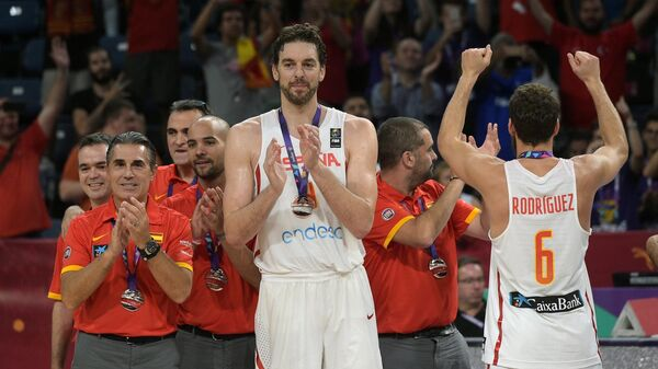 Центровой сборной Испании По Газоль (в центре)