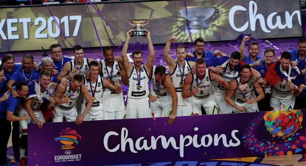 Баскетболисты сборной Словении после победы на чемпионате Европы-2017
