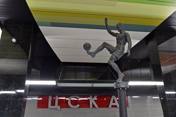 Бронзовые скульптура футболиста на станции метро ЦСКА