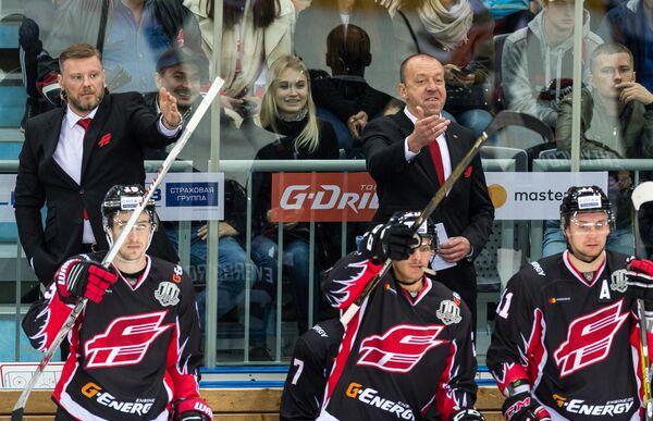 Главный тренер ХК Авангард Андрей Скабелка (на втором плане справа) и хоккеисты клуба