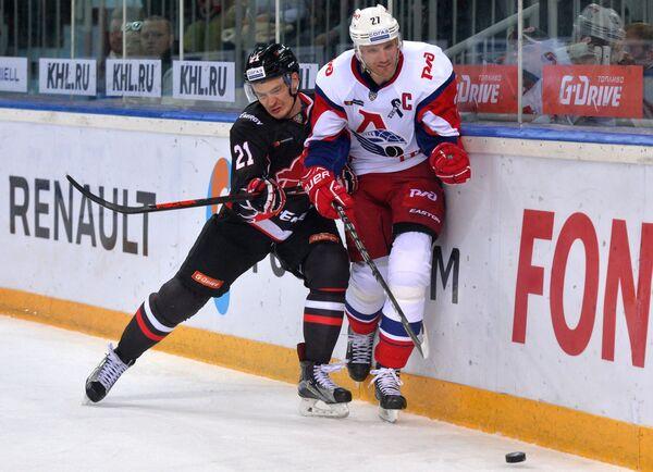 Защитники Авангарда Виталий Меньшиков (слева) и Локомотива Стаффан Кронвалль