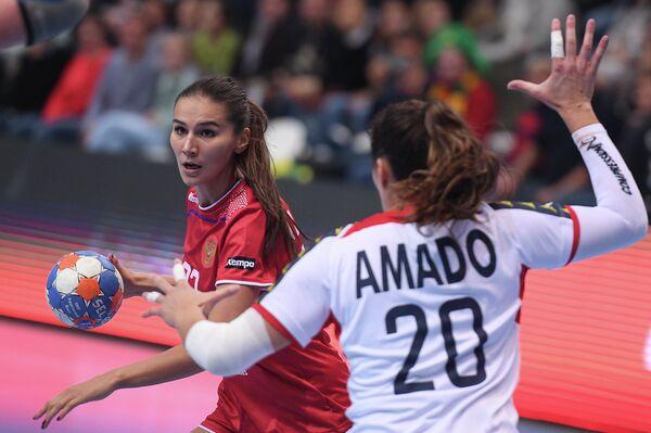 Игрок сборной России Екатерина Ильина (слева) и игрок сборной Португалии Телма Амаду