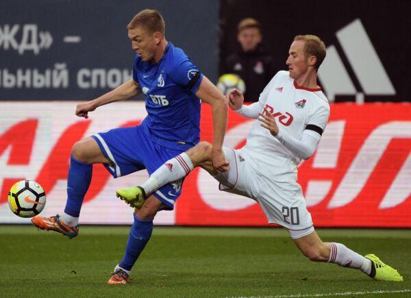 Нападающий Динамо Евгений Луценко (слева) и полузащитник Локомотива Владислав Игнатьев
