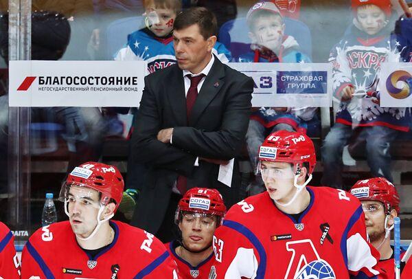 Главный тренер ХК Локомотив Алексей Кудашов (на втором плане) и игроки клуба