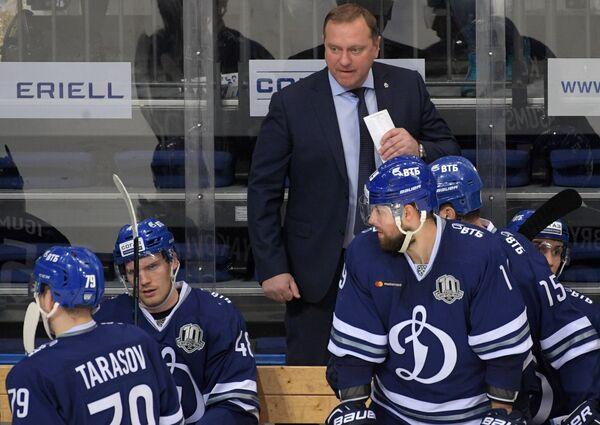Главный тренер Динамо Владимир Воробьёв (в центре на втором плане)