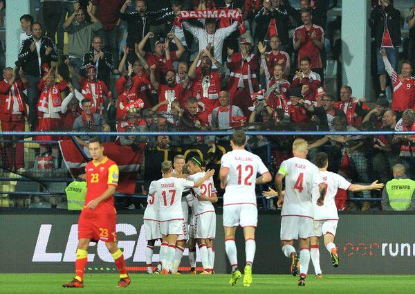 Футболисты сборной Дании празднуют гол