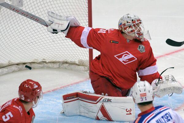 Вратарь ХК Спартак Никита Беспалов пропускает шайбу