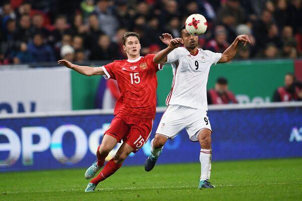 Хавбек сборной России Алексей Миранчук (слева) и полузащитник сборной Ирана Омид Эбраими