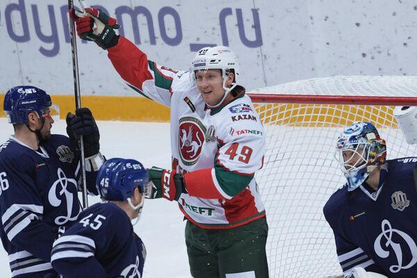 Вратарь ХК Динамо Александр Ерёменко и нападающий ХК Ак Барс Роб Клинкхаммер (справа налево)