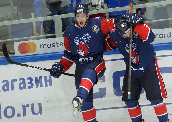Игроки ХК Торпедо Евгений Мозер (слева) и Кирилл Ураков