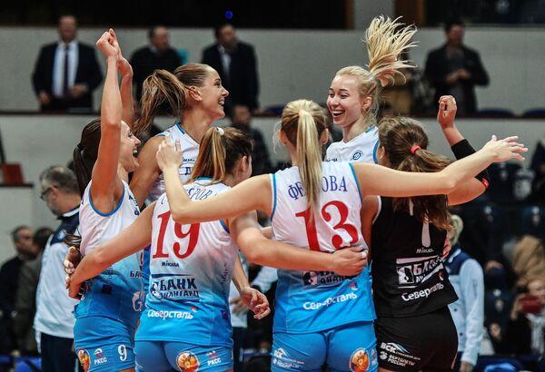 Волейболистки московского Динамо радуются победе