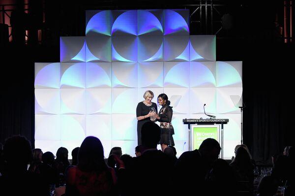 Мэри Джен Ледеки (слева) получает приз в номинации Спортсменка года по версии WSF, который был присужден ее дочери Кэти Ледеки