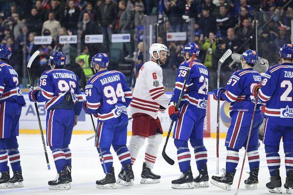 Хоккеисты СКА и нападающий Йокерита Ессе Йоэнсуу (в центре)