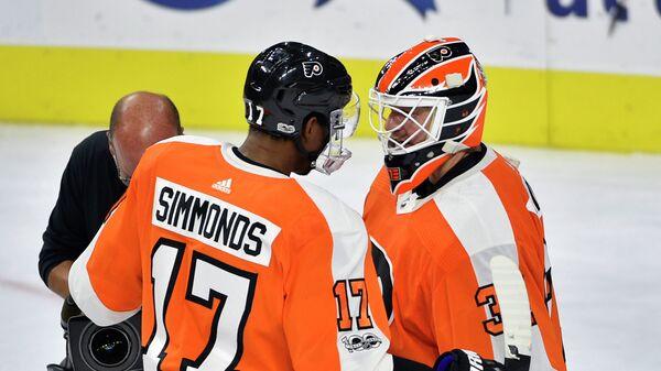 Форвард клуба НХЛ Фидалельфия Флайерз Уэйн Симмондс и вратарь Брайан Эллиот (слева направо)
