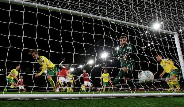 Игровой момент матча Кубка английской лиги по футболу Арсенал - Норвич