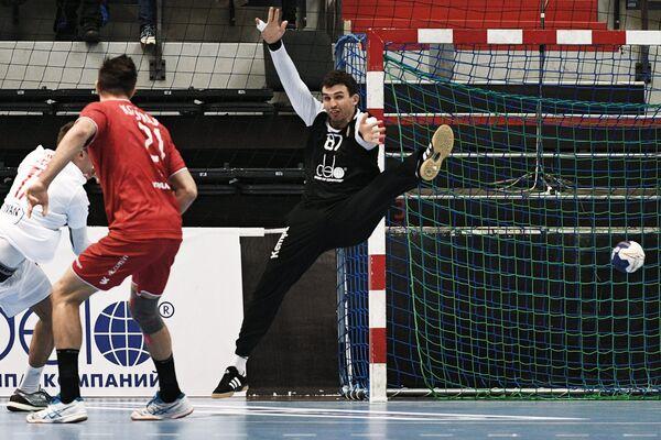 Вратарь сборной России по гандболу Виктор Киреев (справа)