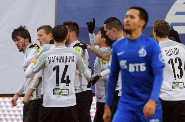 Футболисты Тосно радуются забитому голу